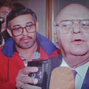 A la izquierda, Marcos Alemán en la cobertura noticiosa. (Foto tomada del Facebook)