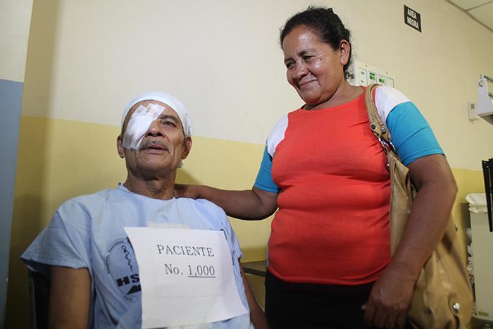 Santos Andrés Martínez es recibido por su compañera de vida Clementina Borjas a la salida de la operación por pterigión en uno de sus ojos. Foto Diario Co Latino/Juan Carlos Villafranco