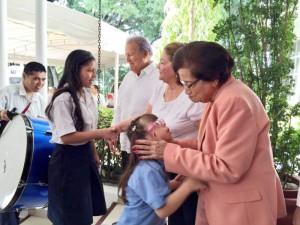Estudiantes de la Escuela de Educación Especial Reinaldo Borja Porras, son recibidos por el presidente Sánchez Cerén y su esposa Margarita Villalta, y la ex ministra de Salud, Isabel Rodríguez, en el programa Casa Abierta.  Foto Diario Co Latino