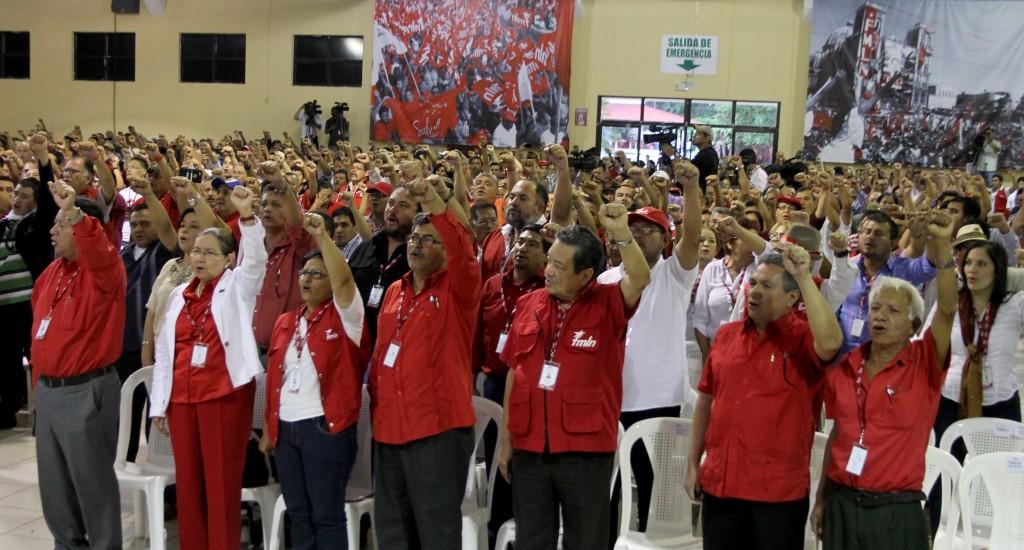Delegados que participan en el primer congreso del FMLN entonan las notas del himno del partido. Foto Diario Co Latino / Josué Parada