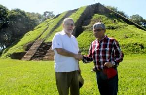 José Napoléon Duarte Duran, Ministro de TURISMO se estrecha la mano con Ramón Rivas, secretario de Cultura de la presidencia. Foto Diario Co Latino / Ricardo Chicas Segura.