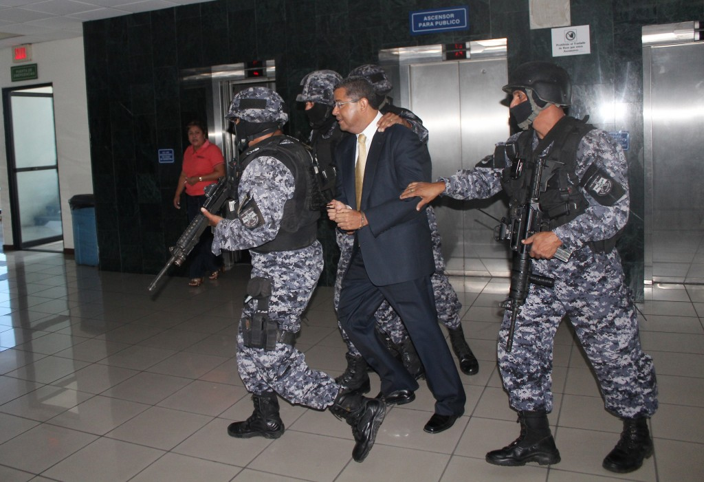 Expresidente Francisco Flores al momento de ingresar al Centro Judicial Isidro Menéndez. Foto Diario Co Latino/Juan Carlos Villafranco