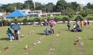 Familias llegan al cementerio La Bermeja a enflorar a sus seres queridos.  Foto Diario Co Latino/ Juan Carlos Villafranco