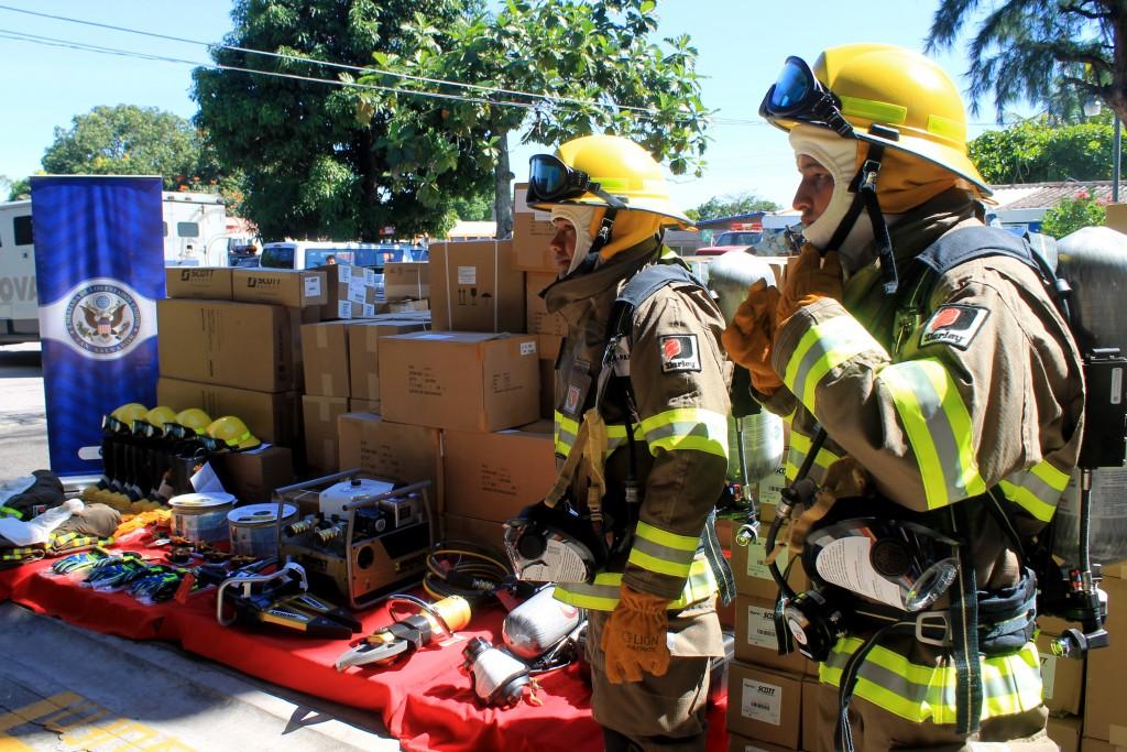 El Cuerpo  de Bomberos recibe del Grupo Militar de la Embajada de los Estados Unidos, equipo, herramientas y accesorios para fortalecer el funcionamiento en atención de emergencia. Foto Diario Co Latino / Jorge Rivera.
