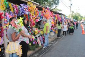 Tradicionales ventas  en el día de los difuntos en la entrada del cementerio la Bermeja. Foto Diario Co Latino/Juan Carlos Villafranco