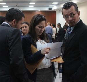 La parte querellante durante la audiencia preliminar en el caso Flores Pérez, conversa luego de los ataques de la Fiscalía. Foto Diario Co Latino/ Guillermo Martínez.