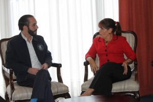 Alcalde de San Salvador, Nayib Bukele, conversa con Iliana Fonseca, embajadora de Cuba en El Salvador. Foto Diario Co Latino/ Rodrigo Sura.