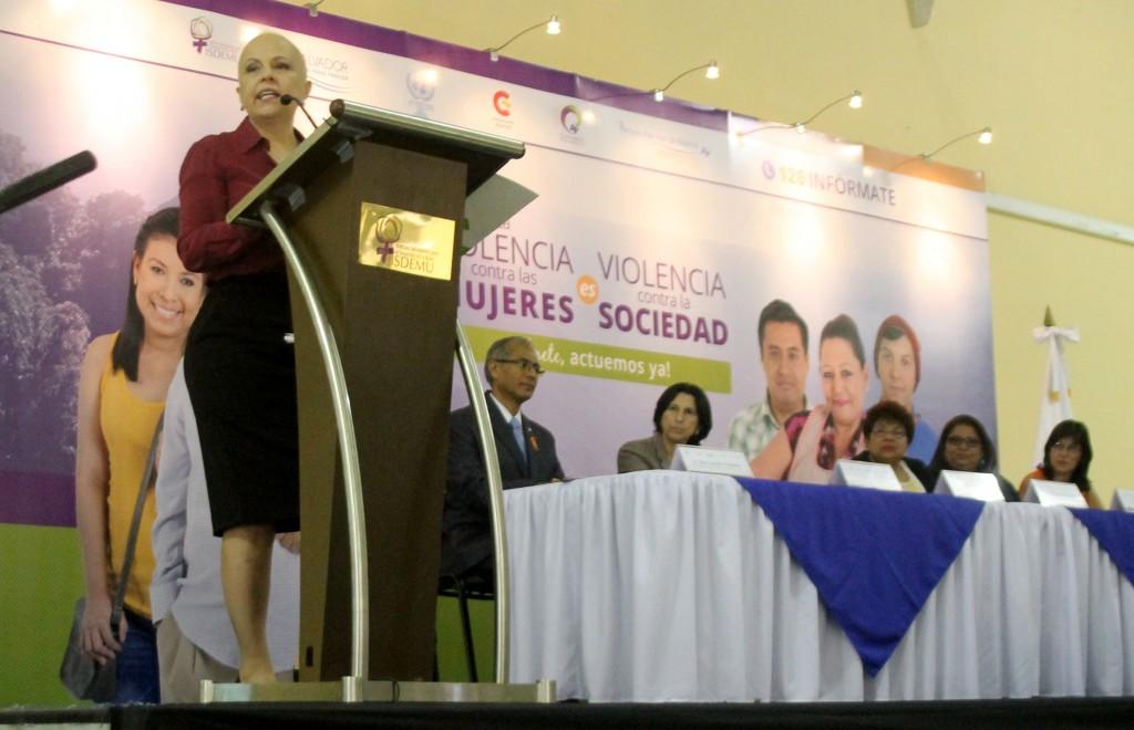 Vanda Pignato, Secretaría de Inclusión Social, se dirige a los asistentes en el evento sobre el informe de La Violencia contra las Mujeres. Foto Diario Co Latino/Ricardo Chicas Segura.