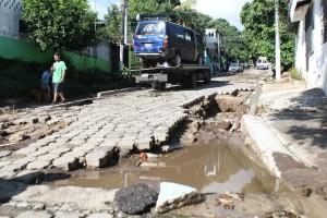 Lluvias de anoche causaron estragos en calle de Colonia Escalón Norte y Comunidad Las Lajas. Foto Diaro Co Latino/Juan Carlos Villafranco