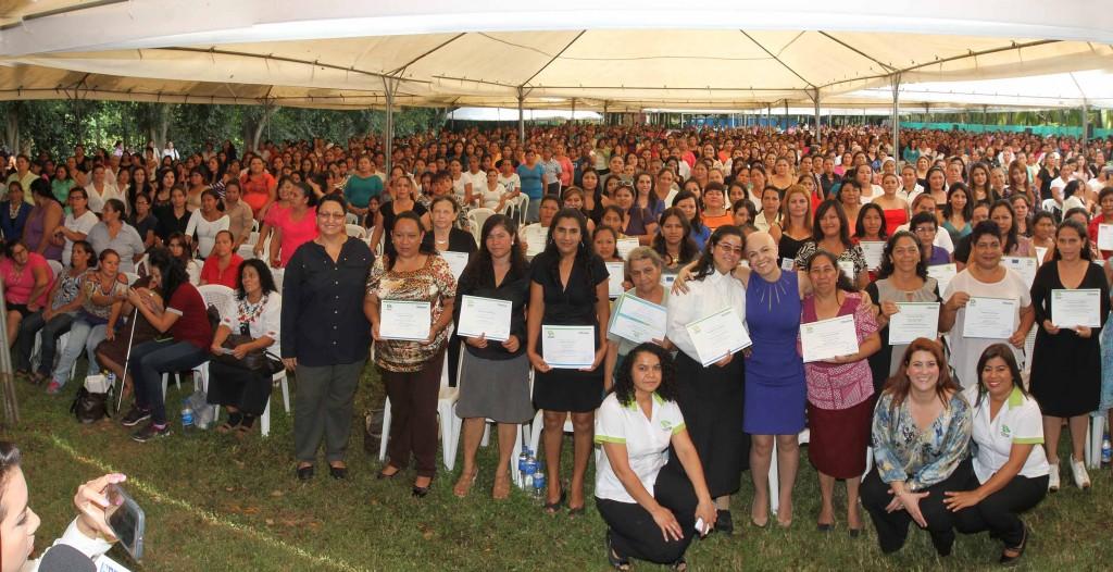 Graduadas de Ciudad Mujer Colón, Santa Ana y San Martín junto a la Secretaria de Inclusión Social Vanda Pignato. Foto Diario Co Latino