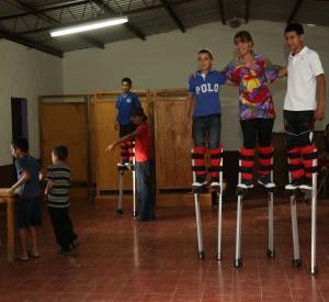 Niños y jóvenes del caserío El Mozote en el municipio de  Meanguera, Morazán, realizan actividades artísticas.  Foto Diario Co Latino.