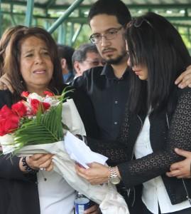 Nidia Díaz acompañada por su hijo Alejandro Lemus Valladares y su hermana Nelly Valladares, durante las exequias de Fermina de Valladares. Foto Diario Co Latino/ Rodrigo Sura.