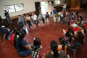La delegación cubana, creadora del proyecto La Colmenita, visitó a los jóvenes del caserío El Mozote, para elaborar un diagnóstico e iniciar a interactuar con el grupo focal. Foto Diario Co Latino.