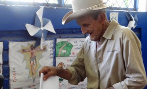 José Santos Almendáriz, de 83 años de edad, poblador de cantón Sicahuite, Arcatao, al momento de emitir su voto. Foto Diario Co Latino/Mesa Nacional contra La Minería.