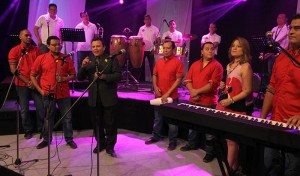 En la celebración los asistentes bailaron al ritmo de orquestas nacionales. Foto Diario Co Latino / Josué Parada