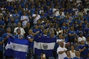 Aunque no llenaron el estadio, los aficionados presentes alentaron de principio a fin a la Selecta. Foto Diario Co Latino/Rodrigo Sura.