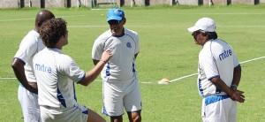 El técnico de la selección Ramón Maradiaga, conversa con el cuerpo técnico de la selección de fútbol. Foto Diario Co Latino/Wilfredo.