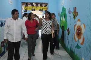 Raquel Alas, Directora del Centro de Desarrollo infantil de la Granja Penitenciaria de Izalco, conversa con diputados de la comisión de seguridad de la Asamblea legislativa. Foto Diario Co Latino.