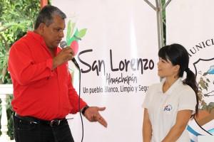 Walter Ortiz, Alcalde Municipal de San Lorenzo, reconoce el aporte de Ryoko Sahashi, voluntaria de JICA. Foto Diario Co Latino / Jorge Rivera.