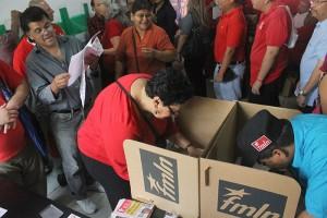 Lorena Peña, Presidenta de la Asamblea Legislativa emite su voto en las elecciones internas del FMLN.  Foto Diario Co Latino / Ricardo Chicas Segura