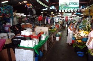 ventas en el interior del mercado central. Foto Diario Co Latino