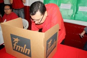 Medardo González, Secretario General del FMLN, quien busca la reelección, emite su voto en la mesa No 9, en la sede del partido en Mejicanos. Foto Diario Co Latino / Jorge Rivera.