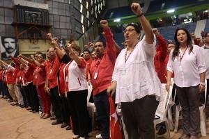 Convencionistas entonan el himno del FMLN. Foto Diario CoLatino/Juan Carlos Villafranco