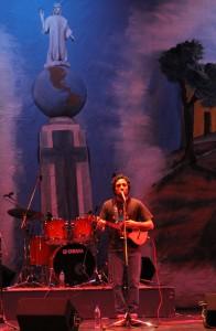 Sandino Primera, hijo del canta autor venezolano, Alí Primera, interpreta sus propias canciones a la unidad de los pueblos de Latinoamérica. Foto Diario Co Latino / Ricardo Chicas Segura