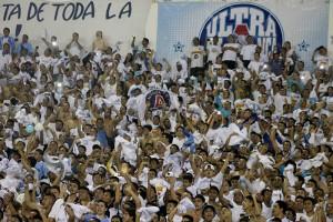 Al afición blanca colmó las gradas del Cuscatlán, al final el festejo hizo retumbar al coloso de Monserrat. Foto Diario Co Latino / Josué Parada.