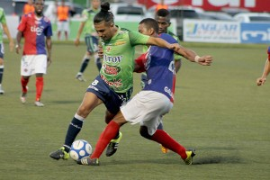 La zaga tigrilla fue una muralla para la delantera tecleña. En la imagen, Gerson Mayén intenta sobrepasar a un defensor de FAS. Foto Diario Co Latino/ Josué Parada.