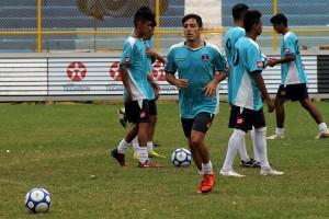 El volante de Alianza, Herbert Sosa, durante el entrenamiento en el estadio Cuscatlán. Foto Diario Co Latino / Jorge Rivera.