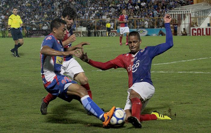 FAS se esforzó al máximo para dejar en el camino a Metapán y así clasificar a la final del Apertura 2015.  Foto Diario Co Latino/ Guillermos Martínez.
