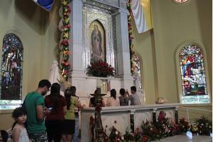 Cientos de personas visitan la Basílica de Nuestra Señora de Guadalupe a rezar y agradecer por milagros recibidos.  Foto Diario Co Latino/ Guillermo Martínez.