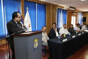Jaime Martínez, director de la ANSP, durante la entrega de la notificación oficial del MINED a la institución para impartir la carrera de Técnico en Ciencias Policiales. Foto Diario Co Latino