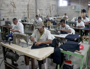 Privados de Libertad del penal de Mariona en la elaboración de uniformes estudiantiles.  Foto Diario Co Latino / Ricardo Chicas Segura.