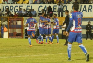 Jugadores de Metapán festejan tras conseguir el gol que les dio el triunfo 1-0 ante Sonsonete. Foto Diario Co Latino/ Primera División.