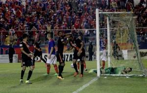 Jugadores de Águila festejan tras conseguir el gol del empate ante FAS. Foto Diario Co Latino/Juan Carlos Villafranco.