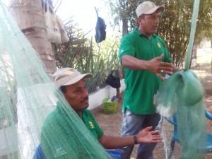 Pescadores artesanales elaboran sus redes y trasmallos para la pesca artesanal en San Luis La Herradura, La Paz.