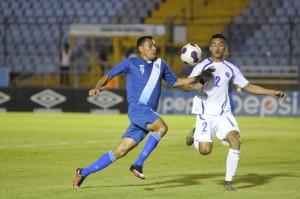 Xavier García, de El Salvador, trata de deteter el ataque de un jugador de Guatemala. Foto Diario Co Latino/Pedro Pablo Mijangos/Soy502.