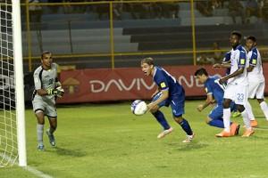 Pablo Punyed se dispone a festejar tras coneguir el primer gol de El Salvador. Foto Diario Co Latino/Juan Carlos Villafranco