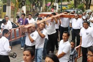CARGANDO LA CRUZ.?La nueva cruz fue cargada desde el lugar donde se elaboró hasta la parroquia Dolores.?Foto Diario Co Latino / Jorge Luis Tutila