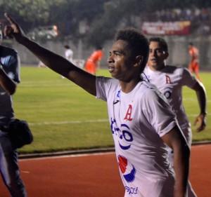Oscar Guerrero anotó los dos goles de la victoria alba en terrenos universitarios. Foto Diario Co Latino.