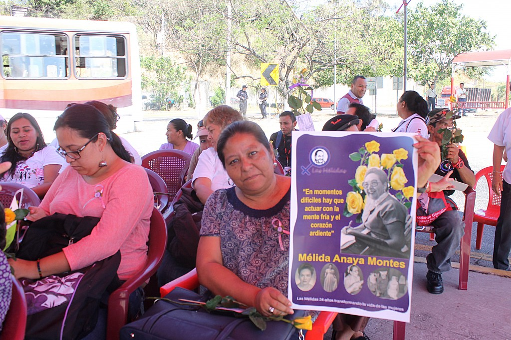 Cleo Guevara, del Instituto de la Mujer, participa en la conmemoración del 33 Aniversario del fallecimiento de Mélida Anaya Montes. Foto Diario Co Latino