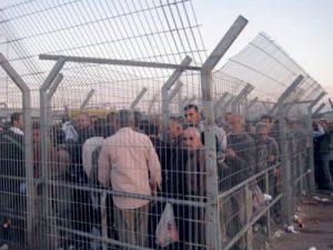 Cisjordania: Los palestinos son constantemente registrados, acosados, golpeados y retenidos durante horas como bestias de carga en los numerosos puestos de control militares.