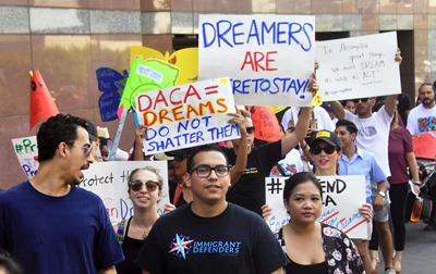 """""""Dreamers"""" celebran fallo judicial en Estados Unidos que los aleja de la deportación y ordena abrir DACA a nuevos aplicantes"""