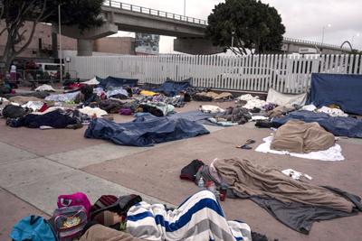 Migrantes centroamericanos se alistan para una larga espera en la frontera