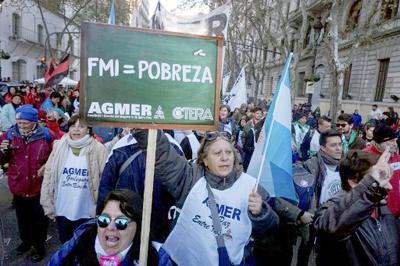 Paro y masiva marcha de camioneros y estatales por salarios en Argentina