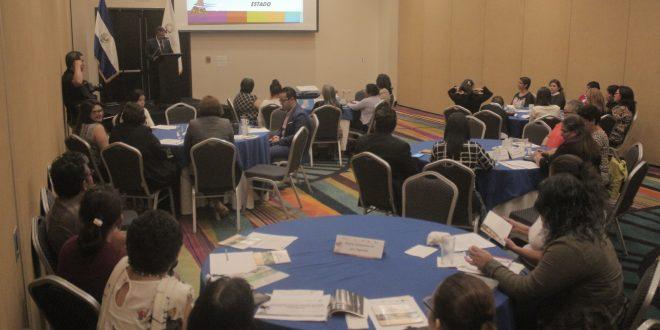 """El ISDEMU, en coordinación con """"Mujeres Constructoras de Paz y Seguridad"""", desarrolló un diálogo y la construcción de plataformas para la reivindicación de los derechos de la mujer. Foto Diario Co Latino/Ricardo Chicas Segura."""